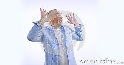 Retrato do velho chocado, homem assustado, grita com medo gestando sobre fundo branco fechado Conceito de emoções vídeos de arquivo