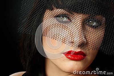 Retrato dramático da jovem mulher no véu