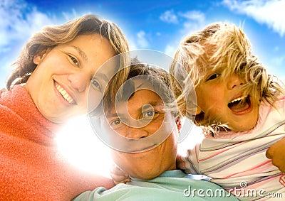 Retrato feliz de la familia