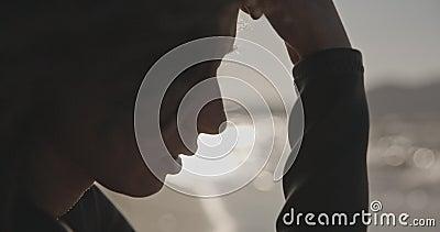 Retrato feminino dramático, praia ventosa, filmada em câmera de cinema, cor de 12 bits filme