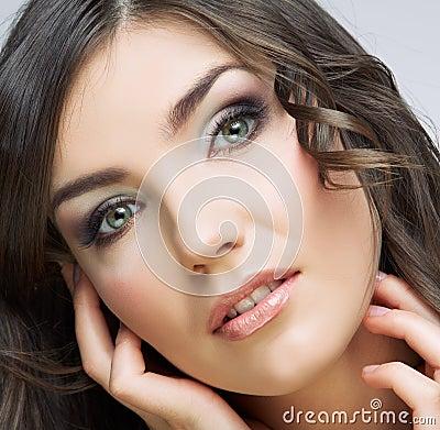 Retrato hermoso de la mujer joven