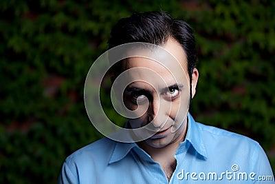 Retrato intenso do olhar fixo