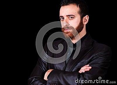 Retrato joven del hombre de negocios en un fondo negro
