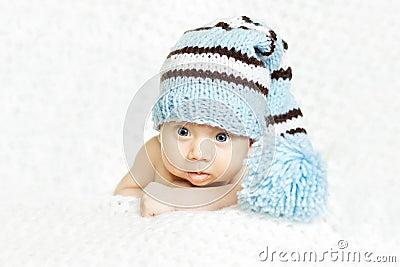Retrato recién nacido del bebé en sombrero de lana azul