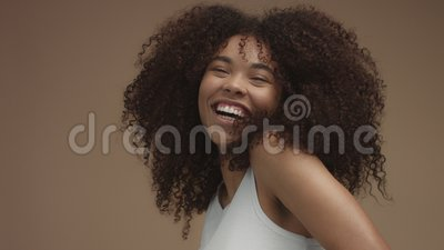 Retrato slowmotion do close up da mulher negra do laughin com cabelo encaracolado