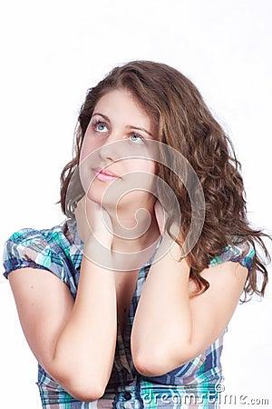 Retrato sonriente de la mujer en el fondo blanco