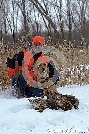 Охотник фазана и Retriever Лабрадора.