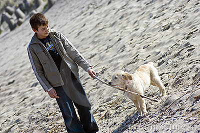 Retriever щенка мальчика золотистый