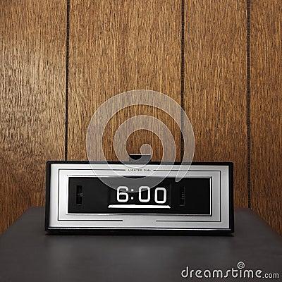 Retro clock set for 6:00.