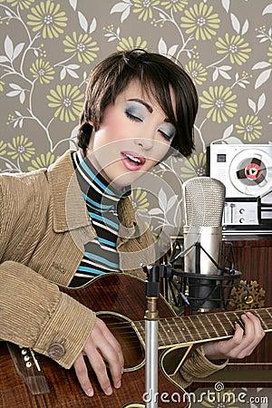 Retro- Frauenmusiker-Gitarrenspielerweinlese