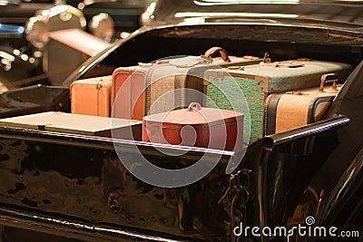 Retro koffers in bed van klassieke vrachtwagen