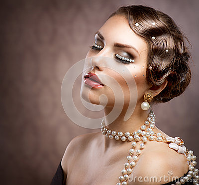 Retro Styled Makeup With Pearls