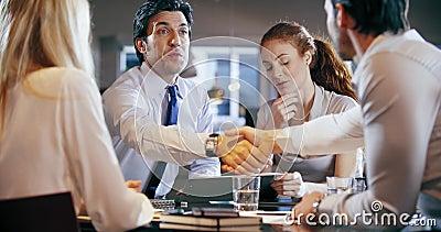 Reunión de la oficina del trabajo del equipo del negocio corporativo Cuatro personas caucásicas del hombre de negocios y de la em almacen de metraje de vídeo
