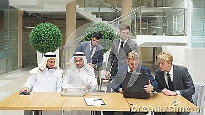 Reunión de socios comerciales internacionales en ejercicio para firmar un nuevo documento almacen de video