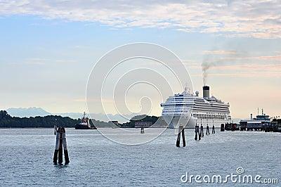 Reusachtig cruiseschip dat in de baai bij Eiland Lido dokt