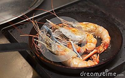Reuze garnalen op hete pan