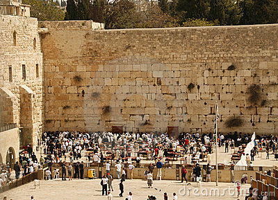 Rezos del judío cerca de la pared occidental en Jerusalén, Imagen de archivo editorial
