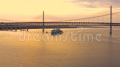 RFA Fort Victoria A387, die de Rosyth-havenpassen verlaat onder Queensferry Crossing and Forth Road Bridge, Firth of Forth stock footage
