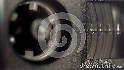 Riavvolgimento di una cassetta audio di vintage con una macro a nastro magnetico ruotante nel registratore a nastro archivi video