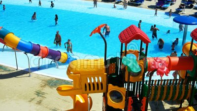 Riccione, Itália - agosto de 2019: pessoas se divertindo no parque aquático filme