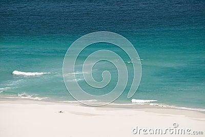 Ricreazione sulla spiaggia sola