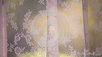 Rideau en fenêtre déplacé par le vent mou banque de vidéos