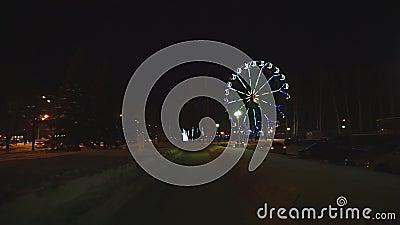 Riesenrad, das am Vergnügungspark unter dunklen nächtlichen Himmel sich dreht stock video footage