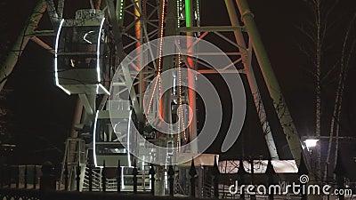 Riesenrad, das am Vergnügungspark unter dunklen nächtlichen Himmel sich dreht stock video