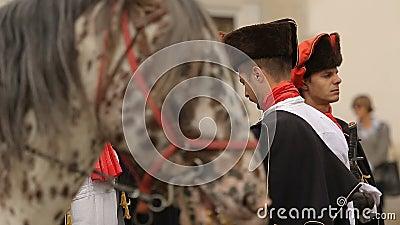 Rievocazione storica del saluto del reggimento del foulard, guardia dell'onore a Zagabria video d archivio
