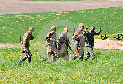 сопровождает отряд riflemen pow Редакционное Стоковое Изображение