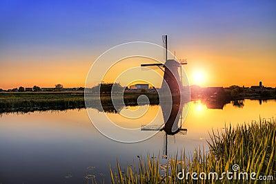 Riflessione del mulino di tramonto immagine stock for Cabina del mulino del dennis