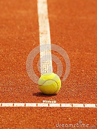Riga del campo da tennis con la palla
