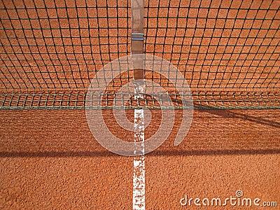 Riga del campo da tennis con rete