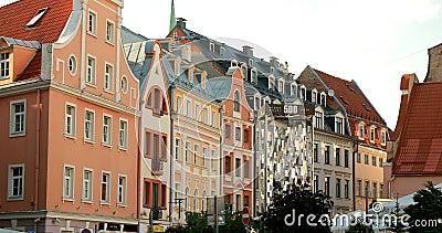 Riga, Letland - 9 juni 2019: Open Air Leisure Locue Recreation Center Egle in Old Town Street in Summer Evagavond stock videobeelden