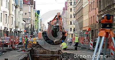 Riga, Letonia - 9 de junio de 2019: Los trabajadores se dedican a reparar las comunicaciones en la calle Aleksandra Caka con un almacen de metraje de vídeo
