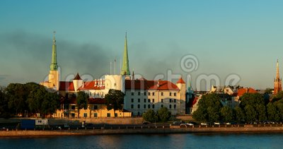 Riga, Lettonia La sera di Riga, in Lettonia, sorge fumo sulla skyline di Cityscape Vista notturna con cielo blu video d archivio