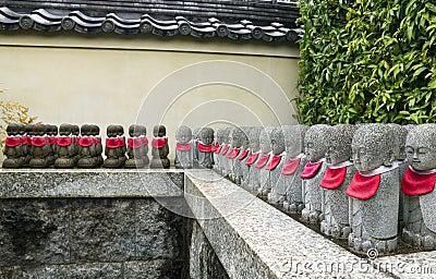Rij van steenstandbeelden