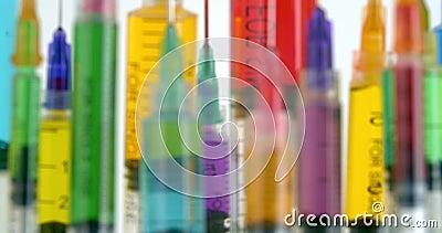 Rijen van heldere en kleurrijke spuiten die in nadruk komen stock video