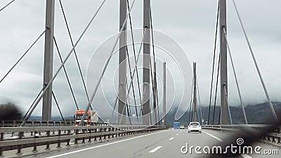 Rijksauto's rijden snel over Zwitserse snelweg stock video