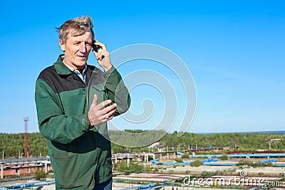 Rijpe mens die op telefoon spreekt