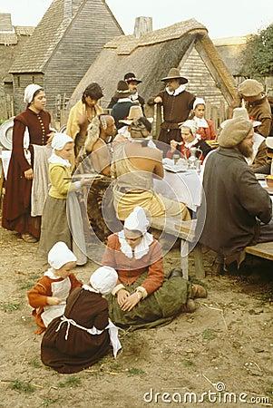 Rimessa in vigore di pranzare degli indiani e dei pellegrini Immagine Stock Editoriale