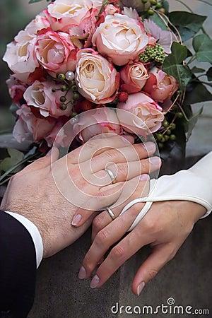 Ringe, Hände und Blumenstrauß