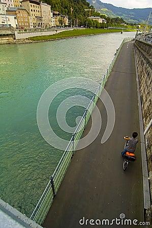 Rio de Salzach e estrada da bicicleta