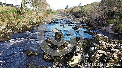 Rio Glen e cachoeiras de Carrick, em County Donegal - Irlanda filme