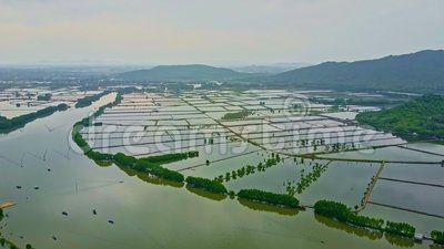 Rio largo da vista aérea sob a inundação contra montanhas