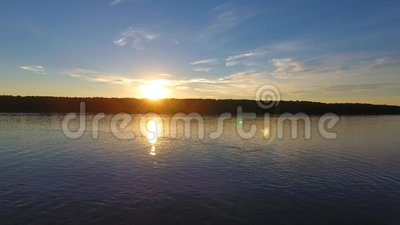Rio na frente do por do sol, vista aérea filme