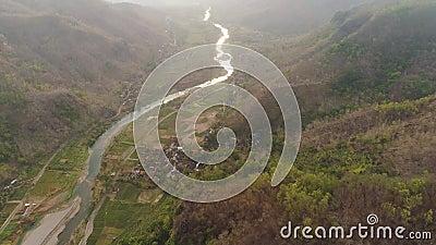 Rio no canyon da montanha video estoque