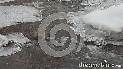Rio pequeno no inverno, volume de água, cachoeira video estoque
