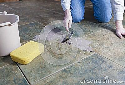 Riparazione della malta liquida delle mattonelle