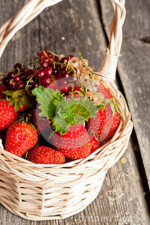 Free Ripe Sweet Strawberries, Currants In Wicker Basket And Mint Leav Royalty Free Stock Photo - 59624495